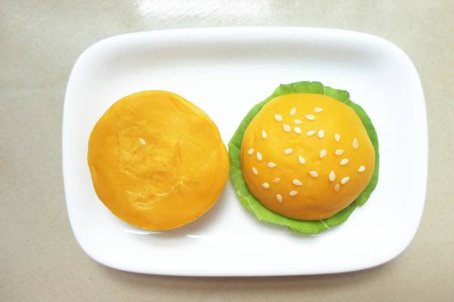 Home Cooking Recipe: Take another round and cut in half, with a layer of green leaves in the middle, and sprinkle white sesame on top to make a burger.