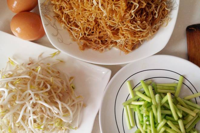 Home Cooking Recipe: Take out the air and let it go. This is the raw material for fried noodles.