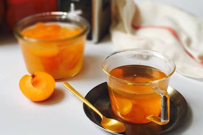 Home Cooking Recipe: Take out the black tea refrigerated in the refrigerator, take some black tea tea soup, add some ice cubes, add apricot peach sugar water and a small amount of apricot peach, mix it! If you don't want to drink tea, you can change to soda.