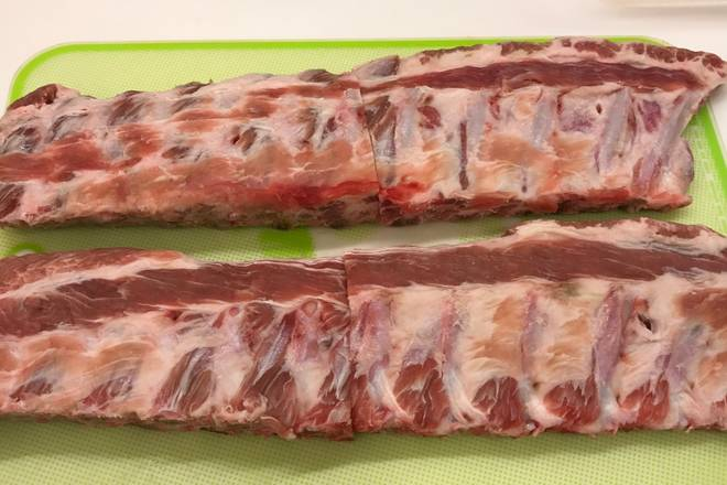 Home Cooking Recipe: Thaw the pork ribs at room temperature first