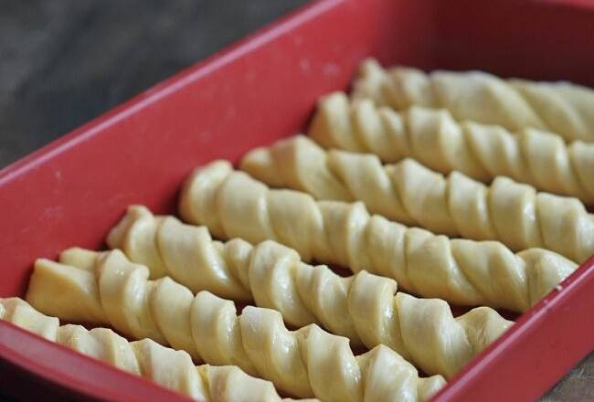 Home Cooking Recipe: The 7 twisted noodles were evenly coded into the baking tray, and the second hair was finished at 190 ° C for 20 minutes. Once baked, immediately apply a layer of melted butter to the surface.