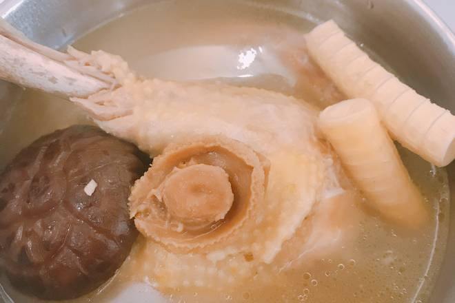 Home Cooking Recipe: The abalone is washed, the shark bone is cut into small pieces, the mushrooms are dried and the other materials are washed.