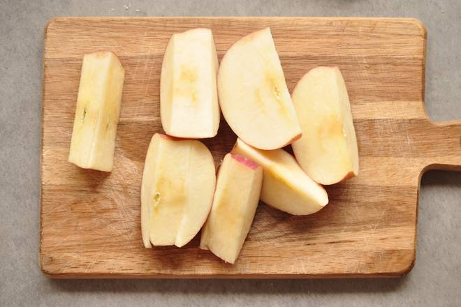 Home Cooking Recipe: The apple cuts off the core part in the middle, and the other pieces are cut on the image.