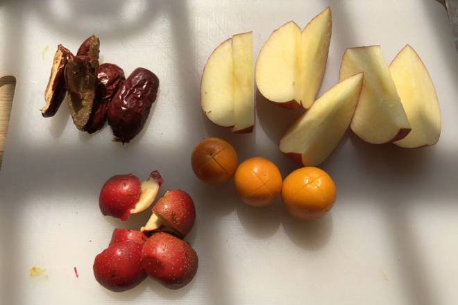 Home Cooking Recipe: The apple is cut into pieces, the hawthorn jujube is removed, and the kumquat is opened.