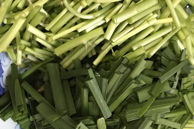 Home Cooking Recipe: The artemisia argyi and the leek are washed and cut into sections. The bacon is boiled for 10 minutes and then the cut pieces are removed.