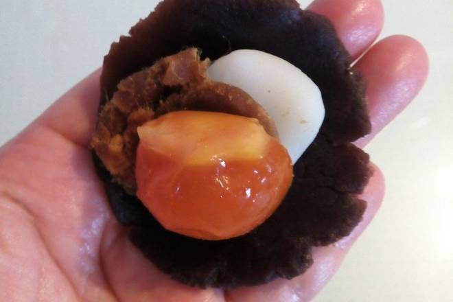 Home Cooking Recipe: The bean paste is pressed into a round cake, and the potato, meat, and egg yolk are placed in turn.