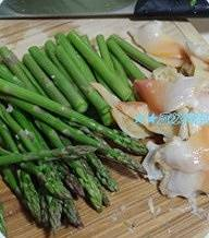 Home Cooking Recipe: The bean sprouts are removed from the roots, the asparagus is washed, cut into appropriate lengths, water is added to the pot, and a little salt is added to the water. The asparagus bean sprouts are soaked in water, and the frozen Arctic shellfish is scalded with water. Immediately fish out and avoid getting older