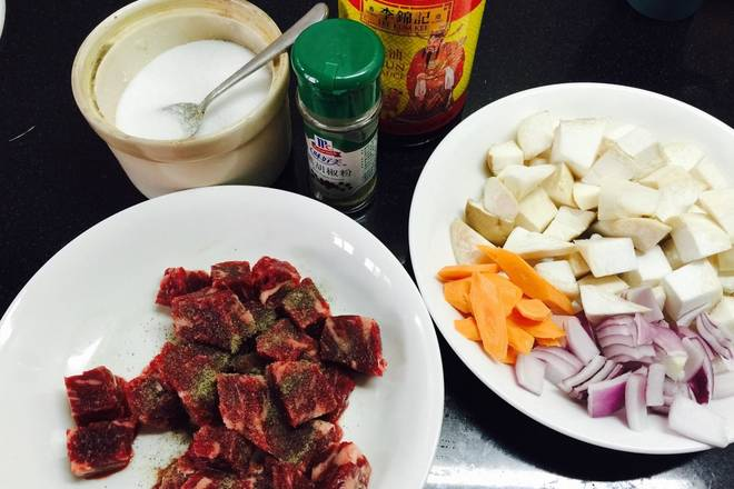 Home Cooking Recipe: The beef is diced, and the salt and black pepper powder are marinated for about 10 minutes. Pleurotus eryngii cut, small pieces of onion, small slices of carrot slices