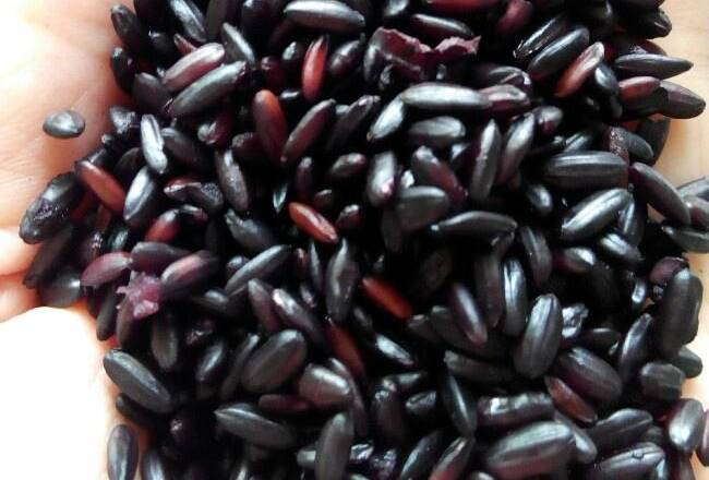 Home Cooking Recipe: The black rice soaked for 12 hours is just right, and a few have already grinned.