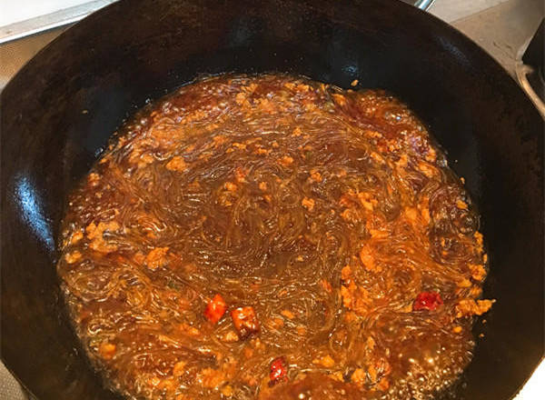Home Cooking Recipe: The bottom of the soup is boiled into the dried vermicelli, scattered with chopsticks, and poured into the minced meat. The fire is boiled and turned to medium heat for 5 minutes.