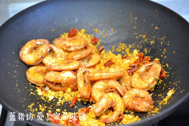 Home Cooking Recipe: The bread crumbs are distinct, and the fried sea white shrimps are sautéed evenly.