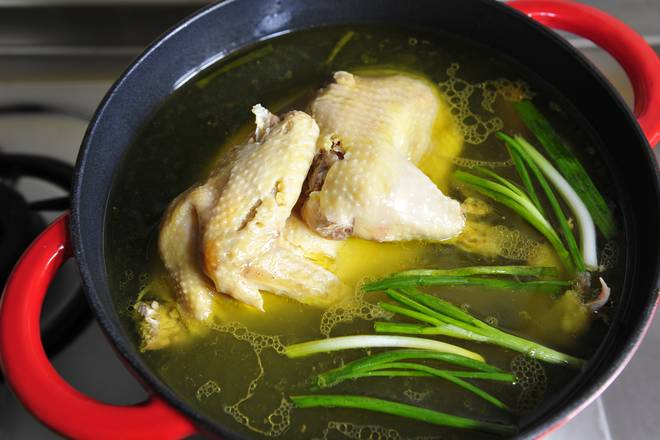 Home Cooking Recipe: The chickens go to the head and buttocks, put them into a large pot and put enough cold water to boil. After boiling for 2 minutes, go to the float, then put the onion and ginger on the fire and continue to cook for 10 minutes.