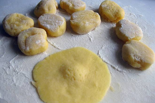 Home Cooking Recipe: The chilled dough is divided into 20 equal portions, and each portion is dipped in a small amount of dry flour into small round pieces.