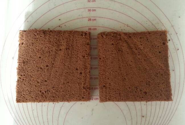 Home Cooking Recipe: The cooled demoulded cake was cross-sectioned into two pieces with a serrated knife.