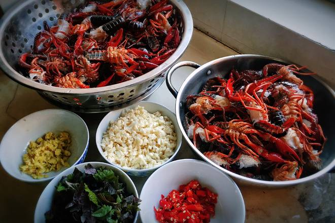 Home Cooking Recipe: The crayfish are cleaned and water-controlled, and the ingredients are ready;