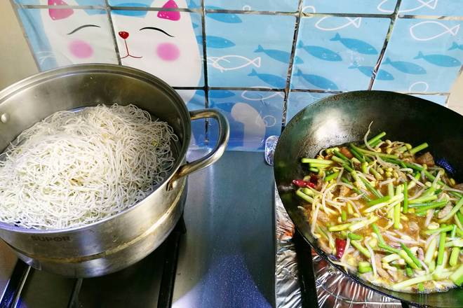 Home Cooking Recipe: The dish is fried well, and the noodles are steamed. (The authentic noodles are not steamed first, and the raw noodles are cooked directly on the dish.)