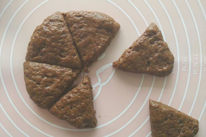 Home Cooking Recipe: The dough is finished into a 2.5 mm thick round cake of about 12 cm in diameter and cut into six triangles;
