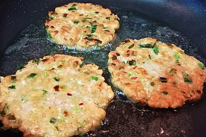 Home Cooking Recipe: The fire in the big fire can be fried to two sides.