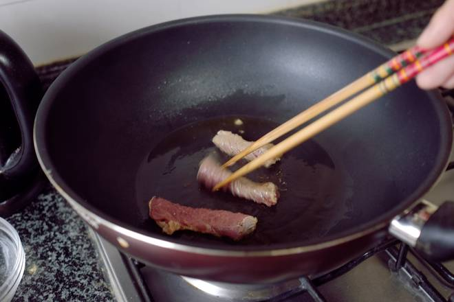 Home Cooking Recipe: The fire is from the oil pan, and the cut meat strips are quickly fried. Just change color. If the cooking skill is OK, just pour the meat down and turn it over twice.