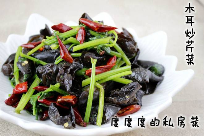 Home Cooking Recipe: The fungus is soaked in water and washed. Wash the celery and cut into sections. Dried chili peppers are broken.
