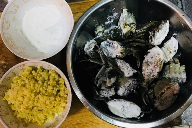 Home Cooking Recipe: The hairy crabs are cleaned with a brush, longitudinally split into two halves, and the crab is glued with flour (so that the crab yellow does not flow out), two garlic and a small piece of ginger