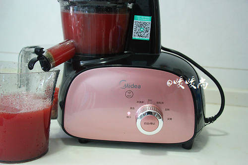 Home Cooking Recipe: The juice machine is connected to the power supply, and the juice extraction function is selected. The watermelon diced is placed in the feeding port, and the pushing rod is pushed in.
