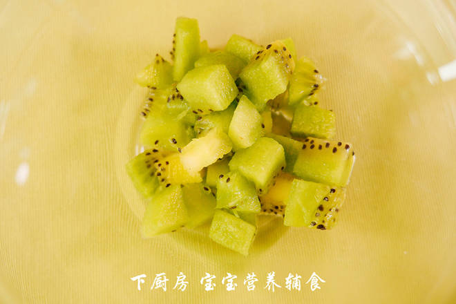 Home Cooking Recipe: The kiwi is peeled and diced. PS: If the baby is eating, it should be cut smaller, and the kiwi can be replaced with other fruits, as long as the baby is not allergic.