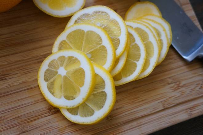 Home Cooking Recipe: The lemon is sliced ​​horizontally.