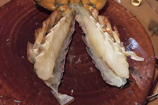 Home Cooking Recipe: The lobster tail is half open, and the intestines are taken off and cut into small pieces. The size is best evenly. When fried, it will not be cooked and some are not cooked.