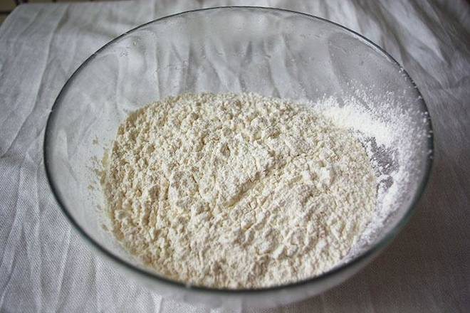 Home Cooking Recipe: The low-gluten flour is sieved, and the biscuits made are more delicate. Melt the melted butter, the mint in step 2, the egg liquid, and the low-gluten flour.