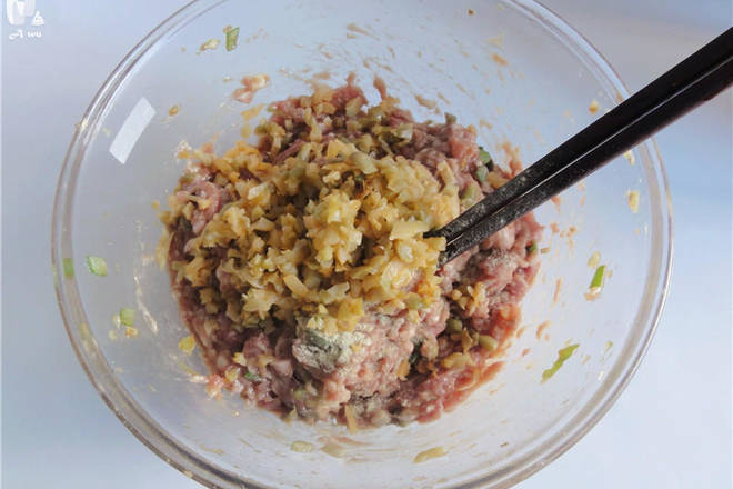 Home Cooking Recipe: The mustard is chopped, and the mixture is evenly mixed and covered with plastic wrap.
