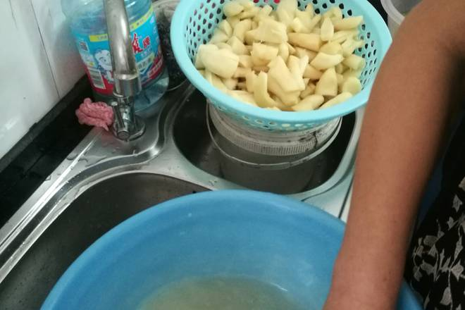 Home Cooking Recipe: The next day, before the white vinegar, drain the ginger from the previous day. Remember to drain it with white vinegar. It is best to let it go outside.