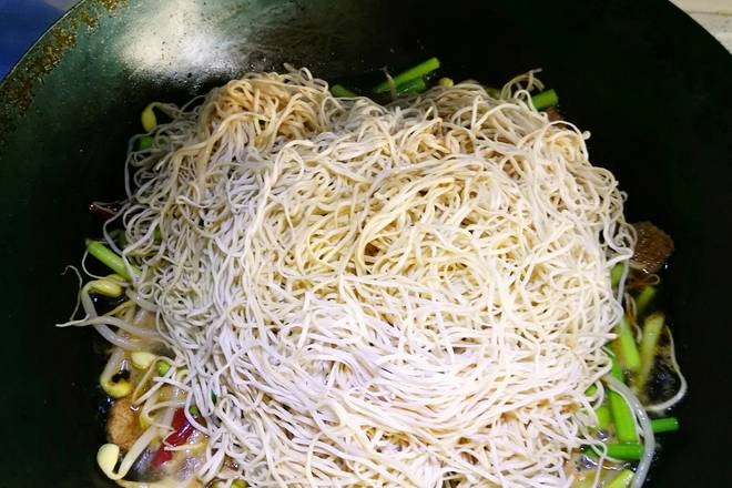 Home Cooking Recipe: The noodles are shaken and placed on the dish. You don't need to move the vegetables. Just put them on.