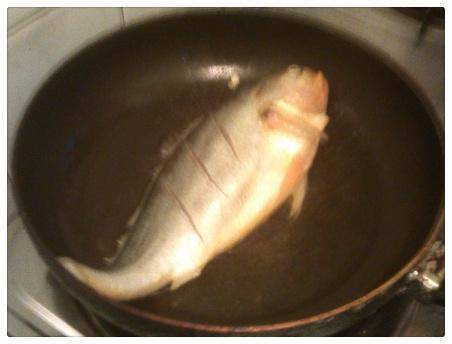 Home Cooking Recipe: The oil in the pot is hot, put the fish in, fry until golden and fry the other side.