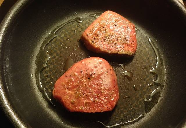 Home Cooking Recipe: The oil pan is hot, the small steak is under, the fire is 30 seconds - 1 minute; then the face is turned over.