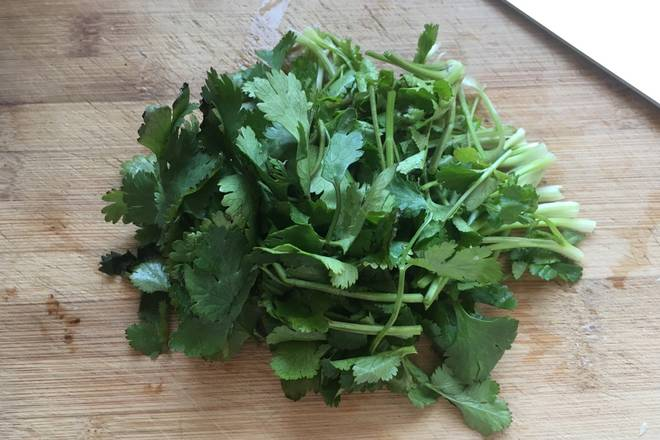 Home Cooking Recipe: The parsley is cut into 5 cm long segments.