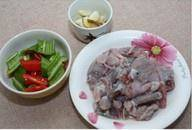 Home Cooking Recipe: The pheasant is cleaned, cut into sections, sliced ​​with green pepper, and two slices of ginger.