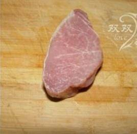 Home Cooking Recipe: The pork loin is cut into pieces of meat about 1-2 cm thick. (Without a meat hammer, you can use the knife to take a loose shot)
