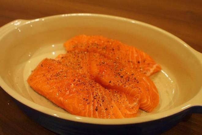 Home Cooking Recipe: The salmon is washed with water, rubbed in the kitchen paper, sprinkled with black pepper and salted.