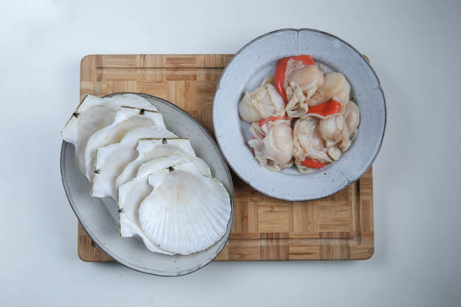Home Cooking Recipe: The scallop shell is cleaned, the shellfish is washed and picked up to the intestines, washed, and a little salt and cooking wine are added for a while.