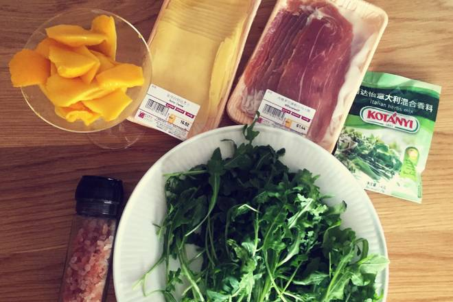 Home Cooking Recipe: The sea salt can be completely left untouched, and the ham is already very salty. Arugula is good on the big plate. Mango remove the flesh with a thin cocktail glass and cut into thin slices.