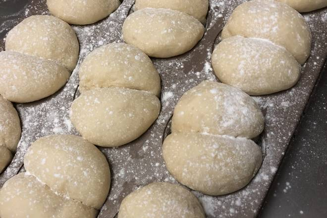 Home Cooking Recipe: The second fermentation of the oven is twice as large, and the surface is decorated with a little glutinous rice flour.