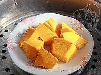 Home Cooking Recipe: The secret weapon of the golden soup - pumpkin. Wash the vegetables, peel them, cut them into large pieces, and steam them in a steamer before cooking.