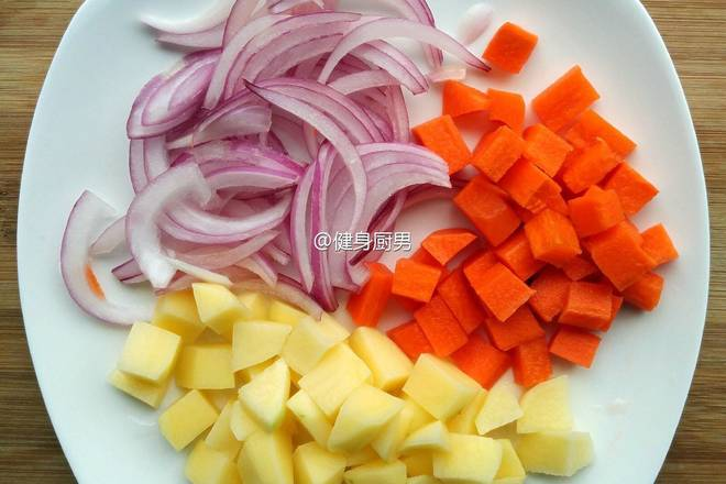 Home Cooking Recipe: The side dishes are cut, and the potato chips can be used to remove the starch on the surface.