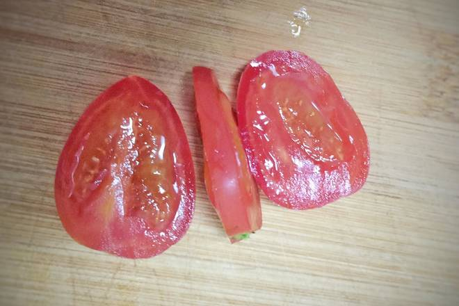 Home Cooking Recipe: The small tomato is cut as shown, taking the middle piece as the tongue.