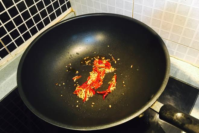 Home Cooking Recipe: The smallest fire. Add some base oil, add ginger and shredded pepper, stir fry and add all other seasonings. The sauce slowly boils. If you feel too strong, you can add half a bowl of water. Don't have too much water. Let the seasoning juice boil and let it cool! ! !