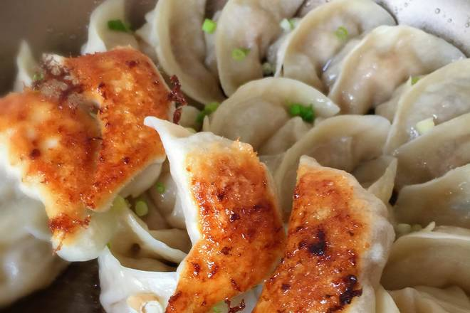 Home Cooking Recipe: The sound of the smashing in the pot is the signal that the dumplings are cooked. Turning the dumplings on the golden bottom is to turn off the fire! Sprinkle with a little chopped green onion and cooked sesame to enjoy!