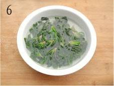 Home Cooking Recipe: The spinach is drowned in cold water and quickly cooled to maintain the green color of the spinach.