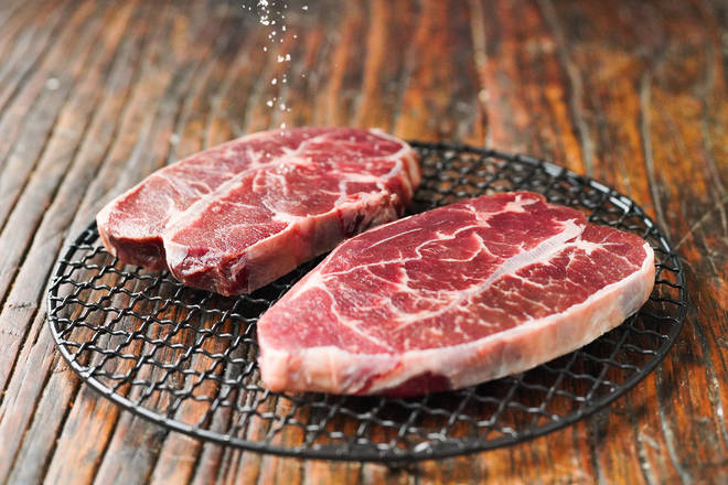 Home Cooking Recipe: The steak was thawed in advance, sprinkled with a pinch of salt on both sides and placed on a stand for refrigerated overnight. Remove the steak and other steaks and bring the temperature back to room temperature and fry.
