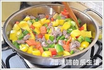 Home Cooking Recipe: The surface of the beef diced is discolored and added with oyster sauce. After the pot is put in the pot, stir fry for a while.
